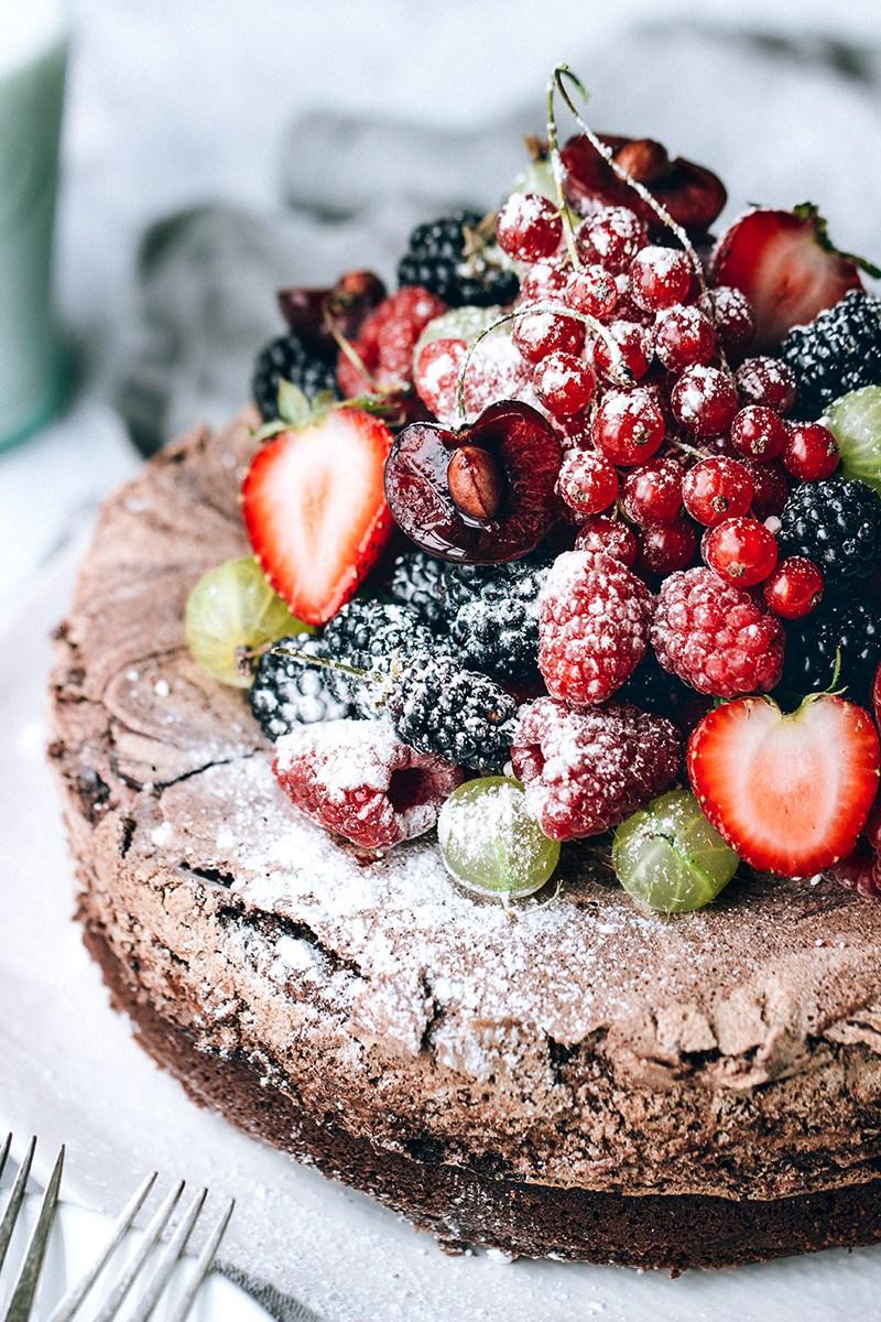 Chocolate-Meringue-Cake-with-Fresh-Berries4