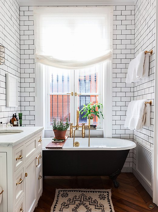 one_kings_lane_smallbathrooms_bathtub